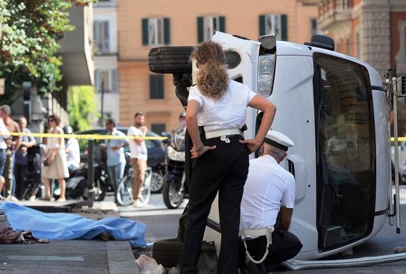 Roma, furgone si schianta su 5 pedoni. Morta 59enne