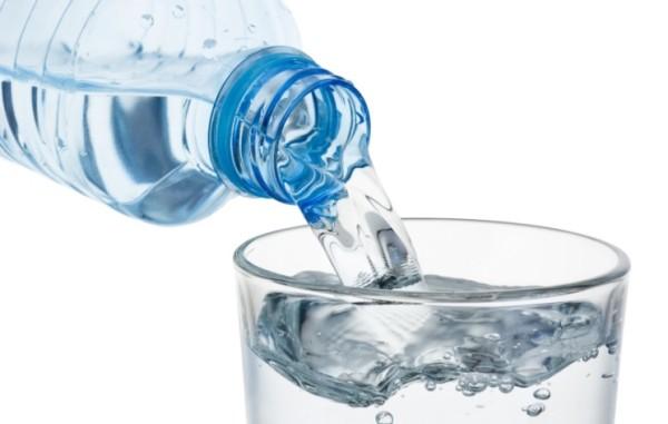 """Bere due litri di acqua al giorno per stare meglio? Esperto Usa: """"Solo un falso mito"""""""