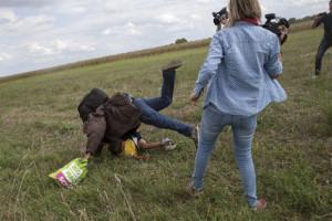 """La reporter ungherese chiede scusa per i calci ai migranti: """"Ero nel panico, non sono una razzista"""""""