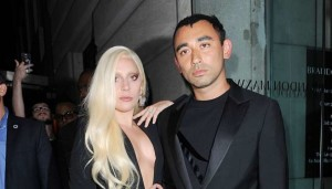 Tutti i flash su Lady Gaga: alla New York Fashion Week scollatura vertiginosa da togliere il fiato