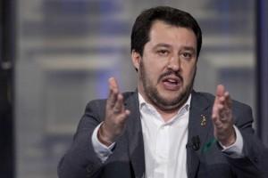 """Migranti, Salvini ribatte a Renzi: """"Verme, usa un bimbo morto per propaganda"""""""