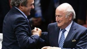 Fifa: sospesi Blatter e Platini per 90 giorni, la Uefa difende il francese
