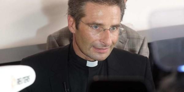 """Monsignor Charamsa scrive a Papa Francesco: """"La Chiesa semina l'odio contro i gay"""""""