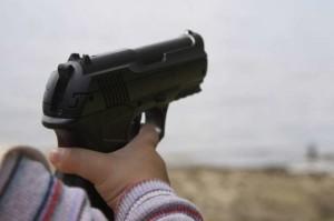 Orrore in Usa, papà dimentica la pistola sul letto: bimbo di due anni si spara