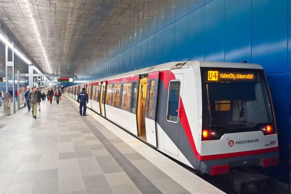 Choc in Germania, donna lancia figlio 11enne sulla metropolitana: è grave