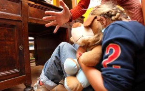 Catania, abusava delle nipoti di 4 e 7 anni: arrestato 60enne