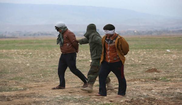 Isis, il pianto del terrorista catturato dai soldati curdi fa il giro del web