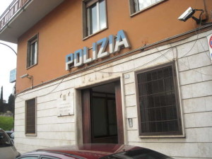 Roma, denunciato dalla convivente per abusi e violenze: si lancia dalla finestra della caserma