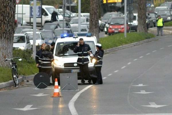 Roma: ciclista travolto e ucciso in strada sotto casa, fermato un rom 17enne
