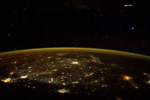 """Astronauta dell'ISS twitta una foto che fa il giro del mondo al grido """"C'è un Ufo"""" [foto]"""