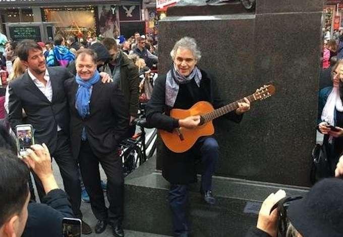Andrea Bocelli, concerto a sorpresa in strada a New York: ricavato in beneficenza ai senzatetto