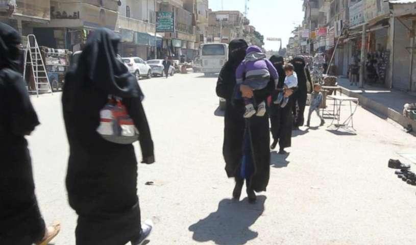 Isis, donna mutilata e uccisa a Raqqa solo per aver allattato il figlio in strada
