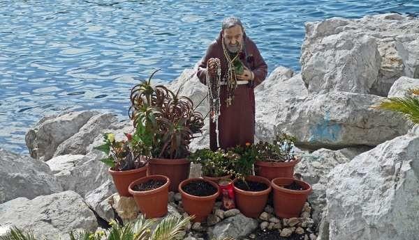 Napoli sotto shock: Padre Pio senza testa sul lungomare, la statua è stata decapitata