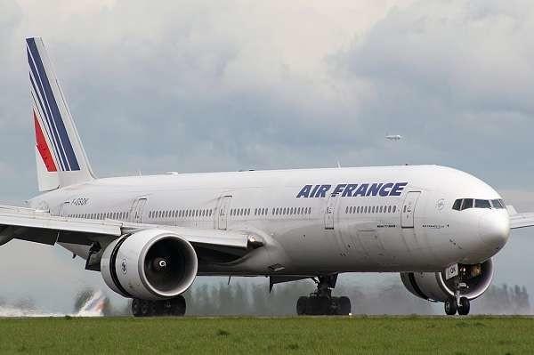 Parigi, scoperta shock su volo Air France: trovato nel carrello cadavere di un immigrato