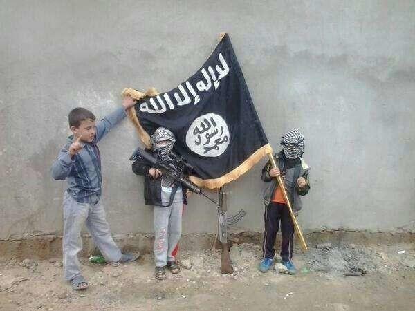 """Isis, testimonianze shock bambini-soldato: """"Ci chiedevano di uccidere i nostri genitori"""""""