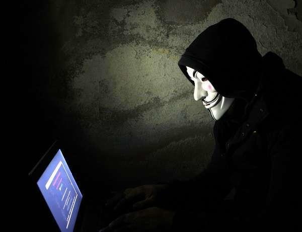 """Anonymous: identificato """"X"""", l'hacker che inventò falso attacco Isis in Italia"""