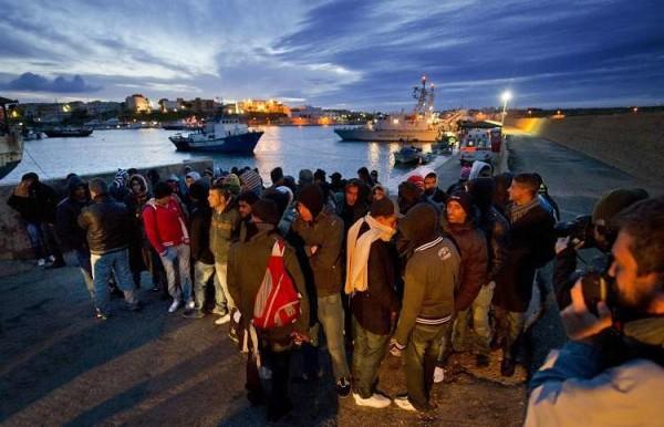 """Isis, ministro della Difesa francese: """"Rischio infiltrazioni terroristiche a Lampedusa"""""""