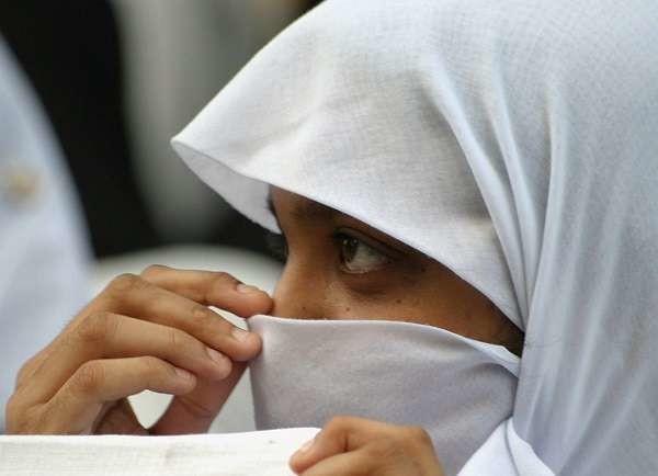 Reggio Emilia, musulmana insultata e picchiata da tre coetanee perchè non porta il velo