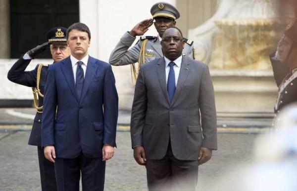 """Renzi dall'Africa sfida l'Ue: """"Daremo il nostro contributo alla Turchia"""""""