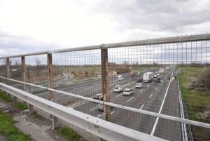 Modena: si suicida gettandosi dal cavalcavia e provoca un mortale incidente sull'A1