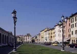 Brescia: litiga con un uomo, lo insegue e lo tampona ripetutamente incurante dei figli