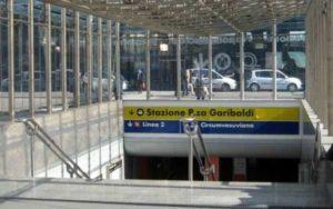 Tragedia a Napoli: si lanciano sotto un treno abbracciati, lei muore sul colpo