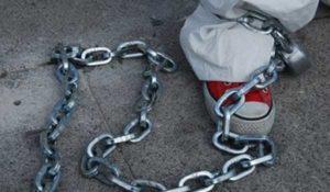 Orrore in Texas, bimbi incatenati e tenuti al guinzaglio: arrestata la madre