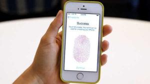 Apple, rivoluzione password: presto sostituite dalle impronte digitali
