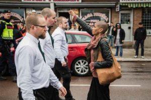 """Svezia, l'attivista che si è opposta al corteo dell'ultradestra: """"Io contro 300 neonazisti"""""""