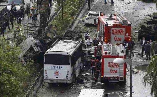 Attacco terroristico a Istanbul, bomba esplode al passaggio di bus polizia: almeno 11 morti