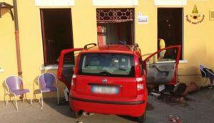 Vicenza, sbanda con l'auto e finisce in un bar: muore 78enne, grave il figlio