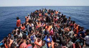 """Migranti: guardia costiera salva oltre 650 profughi. Renzi: """"Fiero di essere italiano"""""""