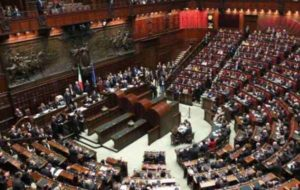 Ddl povertà, Camera approva con 221 voti: passa al Senato. Proteste da M5s