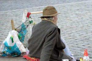 """Modena, bimbo regala 50 euro a un clochard che li restituisce. Sindaco: """"Un esempio"""""""