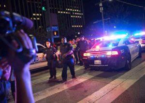 Dallas, cecchini sparano sulla polizia e minacciano strage: morti 5 agenti, 3 arresti