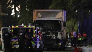 Nizza, attacco terroristico: camion travolge la folla. Bilancio morti estremamente pesante