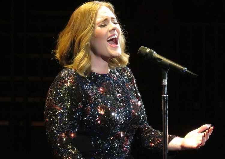 Adele annulla concerto a Phoenix per influenza: pubblica video commovente senza trucco