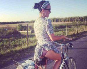 Katy Perry come 'Monella' di Tinto Brass: in bicicletta come Lola tra le campagne