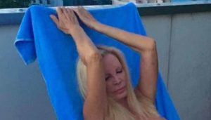 Patty Pravo si mostra in topless su Instagram: non teme di essere censurata