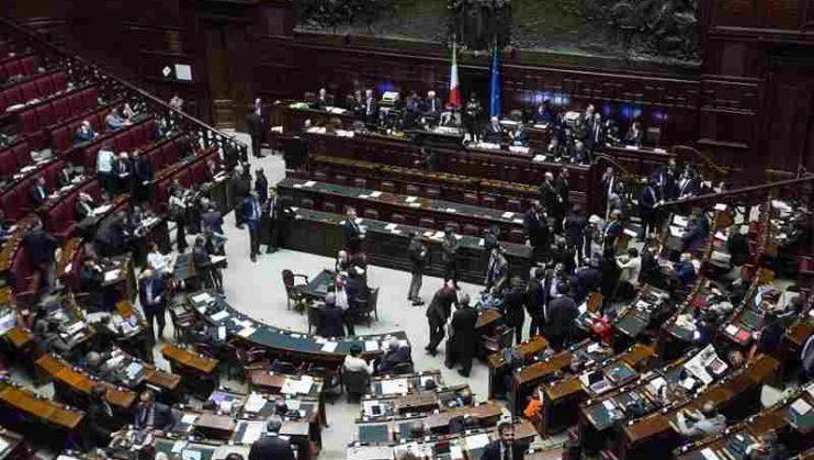 M5S propone il taglio stipendi parlamentari. Maggioranza (e non solo) compatta sul No
