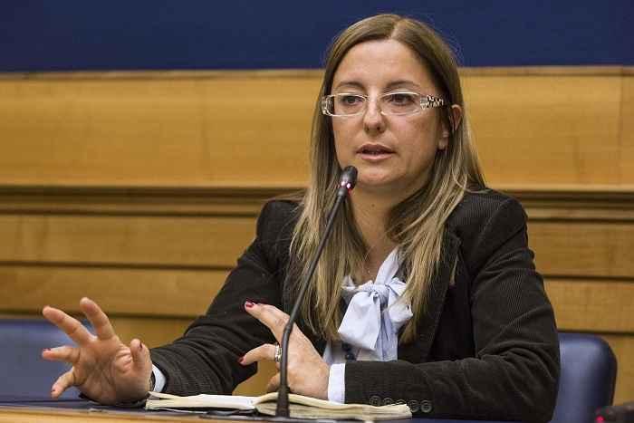 """Referendum, Lombardi del M5S: """"Pur di vincere Renzi prometterebbe anche la pace del mondo"""""""