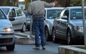 Roma, intervista al parcheggiatore abusivo che guadagna fino a 100 euro al giorno