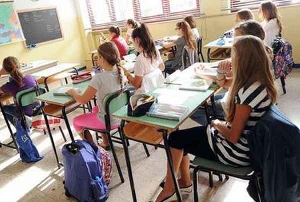 """Sardegna, professore delle medie consiglia libri """"spinti"""": è polemica tra i genitori"""