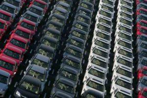 Mercato delle auto: lieve calo in aprile, usato compreso
