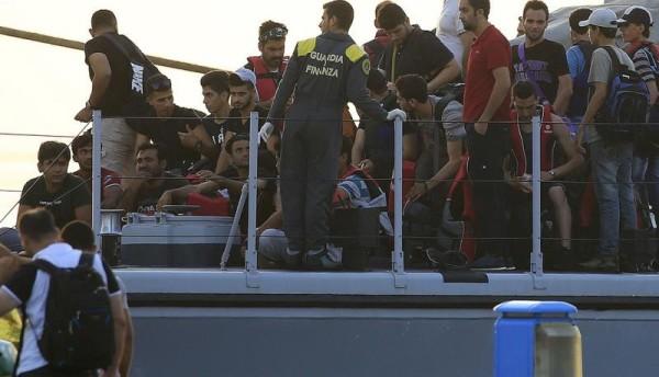 Migranti: fermati otto extracomunitari, ritenuti gli scafisti del barcone con 49 morti