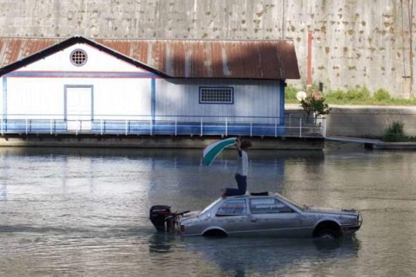 Roma, trasforma la sua Maserati in una barca: fermato mentre navigava indisturbato sul Tevere