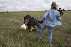 Ungheria, videoreporter prende a calci i profughi in fuga. Licenziata