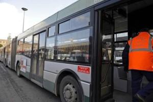 Roma, palpeggia e molesta 17enne sul bus. Lei lo fotografa e lo fa arrestare