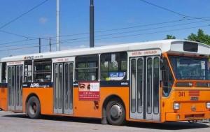 Roma, chiede di spostare auto in doppia fila: autista di bus pestato dal branco