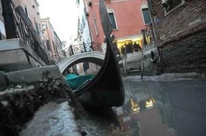 """Venezia, turisti in manette per aver rubato una gondola. Si difendono: """"Volevamo solo fare un giro"""""""